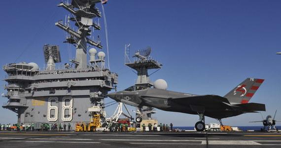 Myśliwiec F-35C pomyślnie wylądował na pokładzie lotniskowca USS Nimitz u wybrzeży San Diego.