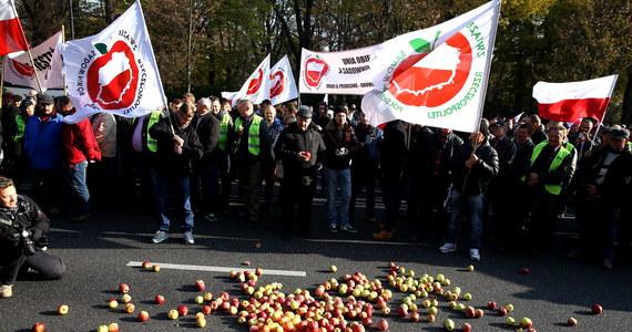 """""""Chcemy, aby nasze jabłka były sprzedawane na rynkach Unii Europejskiej"""" - domagają się od rządu rolnicy. Kilkuset sadowników protestuje w tej sprawie przed kancelarią premiera."""