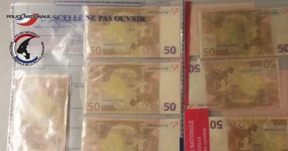 """Szerzy się plaga kupowania fałszywych banknotów w internecie – alarmuje francuska policja. Funkcjonariusze schwytali w podparyskim imigranckim getcie """"hurtownika"""", który rozprowadzał kupowane regularnie w sieci podrobione banknoty euro z wykonanymi w Chinach hologramami."""