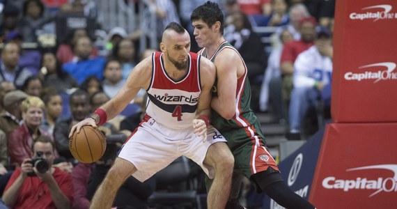 """Marcin Gortat zdobył sześć punktów i miał siedem zbiórek, a jego Washington Wizards pokonali na wyjeździe New York Knicks 98:83. To trzecie kolejne zwycięstwo """"Czarodziejów"""" w koszykarskiej lidze NBA."""
