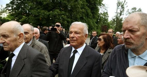 Czesław Kiszczak ma zostać doprowadzony przez policję na badania lekarskie. Chodzi o ustalenie, czy generał może brać udział w procesie odwoławczym ws. wprowadzenia stanu wojennego - zdecydował Sąd Apelacyjny w Warszawie. Obrońca Kiszczaka zapowiada zażalenie na decyzję sądu.