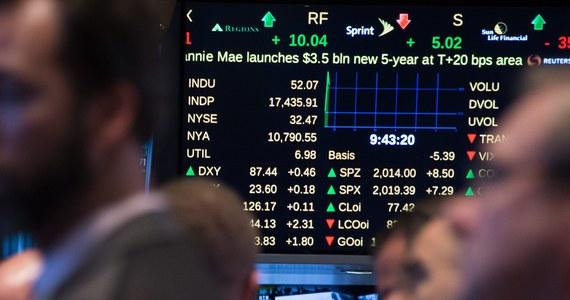 Na dzisiejszym otwarciu moskiewskiej giełdy rubel znów stracił na wartości w porównaniu z czwartkiem. Kurs dolara wzrósł o 1,27 rubla i wyniósł 48,14 rubla, a kurs euro zwiększył się o 1,42 rubla i wyniósł 59,47 rubla.
