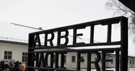 """Niemal tydzień po kradzieży napisu """"Arbeit macht frei"""" znad bramy byłego obozu koncentracyjnego w Dachau w Niemczech, nadal nie wiadomo, kim są sprawcy i dokąd wywieźli szyld. Policja wyznaczyła trzy tysiące euro nagrody dla osoby, która pomoże w dochodzeniu."""