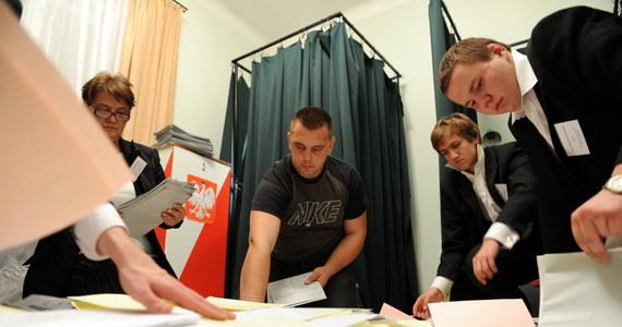 Wybory samorządowe już w przyszłą niedzielę, a nowy system komputerowy Państwowej Komisji Wyborczej wciąż nie działa tak jak powinien. Od godziny 8:30 trwa próba generalna - i pomimo kilku wcześniejszych testów i napraw psującego się systemu - nadal są z nim kłopoty - ustalił nasz dziennikarz Krzysztof Berenda.