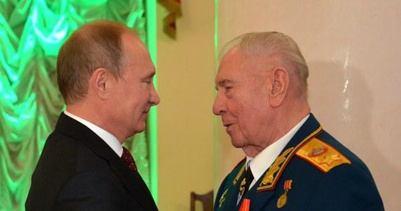 Dmitrij Jazow marszałek Związku Radzieckiego, minister obrony ZSRR, członek Komitetu Centralnego KPZR, który poparł tzw. pucz Janajewa, skończył w sobotę 90 lat i został osobiście nagrodzony przez prezydenta Rosji Władimira Putina Orderem Aleksandra Newskiego.