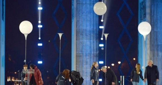 8 tys. lampionów ustawionych wzdłuż dawnej granicy dzielącej Berlin na dwie części zostało w niedzielę wieczorem wypuszczone w niebo. Ten symboliczny gest zakończył oficjalne obchody 25. rocznicy upadku muru berlińskiego.