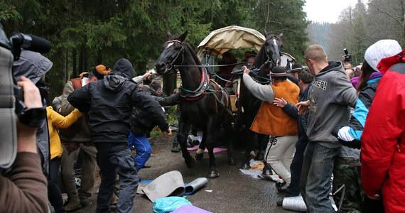 Zakopiańska policja wszczęła postępowanie w sprawie wczorajszych zajść na drodze do Morskiego Oka. W starciu obrońców praw zwierząt z woźnicami ucierpiała co najmniej jedna osoba. Policja tłumaczy także, dlaczego nie rozdzieliła obu stron konfliktu.
