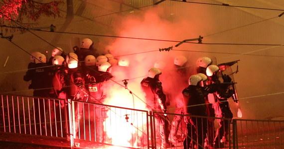 276 osób doprowadzonych na policję, kilkadziesiąt rannych, w tym 23 policjantów oraz 24 osoby cywilne - taki jest wstępny bilans zamieszek na Marszu Niepodległości w Warszawie. Policja w starciu z agresywnymi uczestnikami użyła armatek wodnych i broni gładkolufowej.