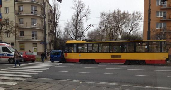 Zderzenie samochodu osobowego i tramwaju na skrzyżowaniu alei Waszyngtona i ulicy Międzyborskiej w Warszawie. Na razie nie ma informacji o rannych. Są natomiast utrudnienia w ruchu: nie jeżdżą tramwaje w stronę ronda Wiatraczna, problemy z przejazdem mają też kierowcy.