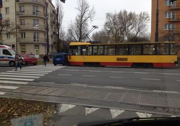 Warszawa: Tramwaj uderzył w osobówkę