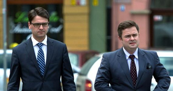 184 razy jeździli posłowie samochodami prywatnymi na zagraniczne delegacje. Tak wynika z opublikowanego przez Kancelarię Sejmu zestawienia wszystkich wyjazdów zagranicznych w tej kadencji. Rekordzistami w tym gronie są trzej posłowie wyrzuceni w poniedziałek z PiS-u – Adam Rogacki, Mariusz Antoni Kamiński i Adam Hofman.