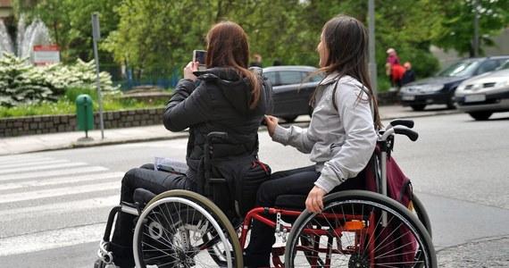 Tylko w ciągu jednego dnia w Łodzi osiem niepełnosprawnych osób poprosiło o pomoc w zorganizowaniu transportu na głosowanie w wyborach samorządowych. Taką możliwość mają od wczoraj, a do niedzieli takich zgłoszeń powinno być około 30 - dowiedziała się reporterka RMF FM Agnieszka Wyderka.