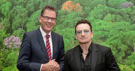Samolot, którym lider U2 podróżował do Berlina, uległ awarii nad Niemcami. Z niewielkiego odrzutowca oderwała się klapa zabezpieczająca luk bagażowy.