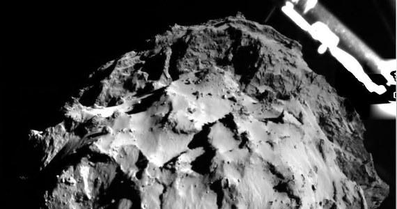 Sondzie Philae udało się przyczepić do powierzchni komety 67P/Churiumov-Gerasimenko. Nieoficjalne doniesienia z Europejskiej Agencji Kosmicznej wskazują, że stan lądownika jest dobry, ale wczorajsze lądowanie mogło przebiegać bardziej dramatycznie, niż oczekiwano. Philae prawdopodobnie co najmniej raz odbił się od powierzchni jądra komety i spoczywa kilkaset metrów od miejsca pierwszego kontaktu z gruntem.