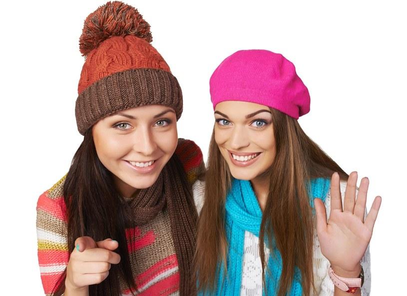 Stylistka modowa Ewelina Rydzyńska przedstawiła modne stylizacje z nakryciem głowy w roli głównej. Jak dobrać czapkę, aby pasowała do naszego kształtu twarzy? - Czapka jest bardzo ważnym elementem stylizacji, oprócz tego chroni przed zimnem - przyznała stylistka. Nie należy zapominać również o tym, że czapkę także dobieramy w zależności od charakteru pracy jaką wykonujemy.