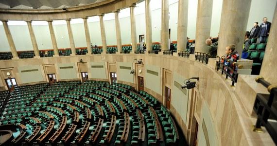 Kancelaria Sejmu prostuje, po doniesieniach mediów, opublikowane wczoraj zestawienia podróży posłów. Wynikało z nich, że kilkoro posłów deklarowało wyjazd na Zgromadzenia Parlamentarne Rady Europy, a jednocześnie przebywało na głosowaniach w Sejmie.