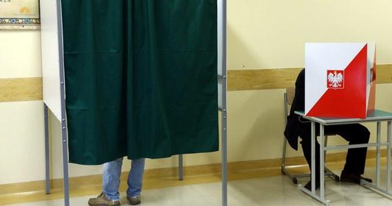 Policjanci z Włocławka zatrzymali mężczyznę podejrzanego o namawianie do głosowania na jednego z kandydatów. W zamian za oddanie głosu proponował od 10 do 20 zł. Funkcjonariusze zatrzymali również cztery osoby podejrzane o przyjęcie pieniędzy.