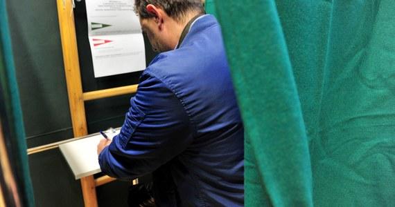 78-letni mężczyzna zmarł w lokalu wyborczym w Siedliskach Drugich pod Krasnymstawem na Lubelszczyźnie. Wszedł za kotarę, żeby zagłosować i zasłabł. Mimo reanimacji nie udało się go uratować. Lokal wyborczy na krótko został zamknięty. Potem głosowanie zostało przeniesione do innego pomieszczenia. Wcześniej, również w czasie oddawania głosu, w Zabrzu zmarł 70-latek.