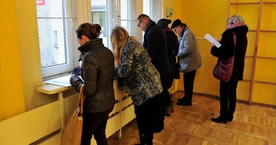 Do godziny 17.30 frekwencja w wyborach samorządowych wyniosła 39,28 proc. - poinformowała PKW. Doszło do ponad 200 incydentów wyborczych, ale nie mają one wpływu na przedłużenie ciszy wyborczej, która kończy się o godzinie 21. Niestety, w trakcie głosowania zmarło dwóch mężczyzn. Jeden w lokalu wyborczym w Zabrzu, drugi w Siedliskach Drugich pod Krasnymstawem na Lubelszczyźnie.