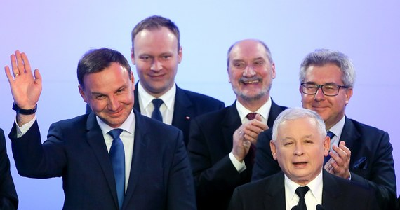 """""""Wygrana w wyborach samorządowych to bardzo dobra wiadomość; możemy wygrywać tylko wtedy, kiedy jesteśmy całkowicie czyści"""" - powiedział podczas wieczoru wyborczego prezes PiS Jarosław Kaczyński. Podkreślił, że przed kandydatami PiS jeszcze dwa tygodnie ciężkiej walki o zwycięstwo w II turze."""