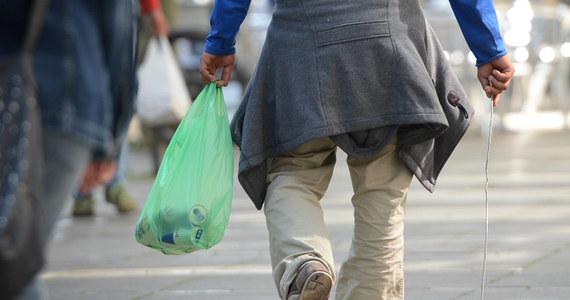 Unia Europejska zrobiła duży krok ku ograniczeniu zużycia toreb plastikowych - rocznie zużywa się ich w UE kilkadziesiąt miliardów. W Brukseli zawarto wstępne porozumienie; nowe przepisy mają szansę wejść w życie w przyszłym roku.