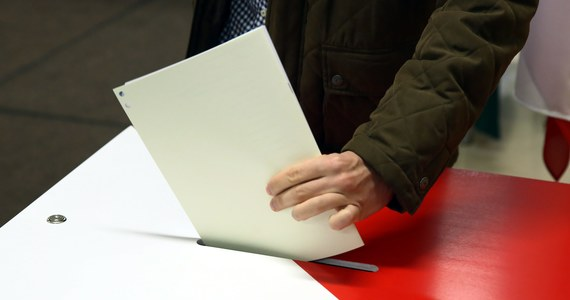 Prawo i Sprawiedliwość wygrało wybory do Rady Miasta Krakowa uzyskując 33,15 proc. głosów i 19 mandatów. Druga jest Platforma Obywatelska z 32,64 proc. poparcia i 18 mandatami. Do rady wejdzie też sześć osób, które startowały z list KWW Jacka Majchrowskiego ( 13,4 proc. głosów). To oficjalne już wyniki wyborów, które w środę wieczorem podała Miejska Komisja Wyborcza.