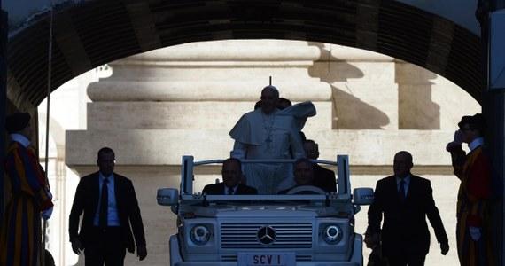 """Watykan oświadczył, że nie ma żadnego konkretnego powodu do obaw o bezpieczeństwo papieża. W ten sposób rzecznik ks. Federico Lombardi odniósł się w czwartek do informacji prasowych o rzekomym wzmocnieniu ochrony Franciszka. """"Do opancerzonego samochodu wy sobie wsiadajcie"""" - miał, według dziennika """"Corriere della Sera"""", powiedzieć papież Franciszek watykańskim żandarmom."""
