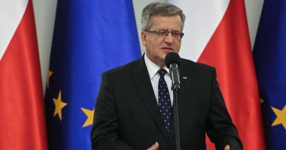 """""""Załamanie się systemu liczenia głosów jest zjawiskiem skandalicznym, kompromitującym. Nie ma jednak nic wspólnego z tym, czy wybory samorządowe przeprowadzono uczciwie"""" - powiedział prezydent Bronisław Komorowski.  W wywiadzie dla Telewizji Polskiej podkreślił, że """"błędy popełnione przez PKW można nazywać najostrzejszymi terminami"""". """"Załamanie się systemu liczenia głosów, to jest zjawisko skandaliczne, to jest zjawisko kompromitujące. Wydaje mi się, że z tego członkowie PKW wyciągają wnioski, bo wpływają wnioski o podanie się do dymisji"""" - dodał."""