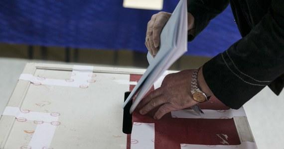 Politycy nie mogą uzgodnić, kto wygrał wybory samorządowe. W nocy Państwowa Komisja Wyborcza podała, że procentowo wybory wygrał PiS, ale więcej miejsc w sejmikach zdobyła Platforma. Politycy obu partii, z którymi rozmawiała Krzysztof Berenda, twierdzą, że to właśnie ich ugrupowanie zwyciężyło.