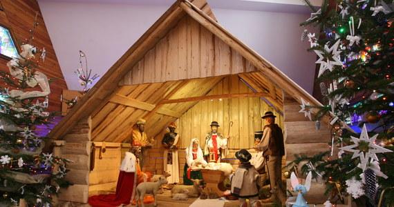 Coraz więcej Polaków rezygnuje ze spędzania Bożego Narodzenia w domu i wybiera oferty przygotowane na ten okres przez hotelarzy. Ogromnym zainteresowaniem cieszą się w tym roku przede wszystkim propozycje z Podhala.