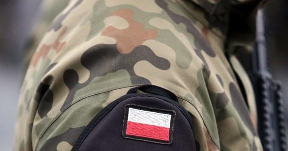 Trzy zarzuty usłyszał oficer zatrzymany w zeszłym tygodniu przez Żandarmerię Wojskową - dowiedział się reporter RMF FM.  Żandarmi działali na podstawie informacji przekazanych przez Służbę Kontrwywiadu Wojskowego.