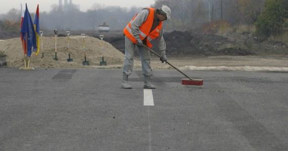 Mijają dwa miesiące od oddania drogi, a już konieczne są naprawy. Chodzi o fragment Drogowej Trasy Średnicowej w Zabrzu. Na nasypach przy drodze pojawiły się zarysowania, które trzeba usunąć.