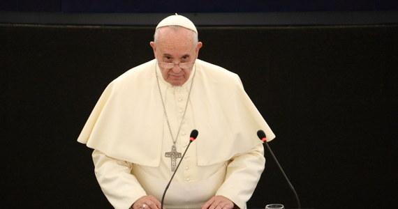 """Wystąpienie Ojca Świętego zostało owacyjnie przyjęte przez eurodeputowanych w Strasburgu. Klaskali i ci z prawej, i ci z lewej strony. """"Papież pokazał, że nawet laicka Europa ma chrześcijańskie korzenie"""" – powiedział naszej korespondentce francuski eurodeputowany z UMP, Philip Juvin. """"Na przykład kodeks cywilny w wielu krajach ma swój rodowód w 10 przykazaniach"""" – tłumaczył."""