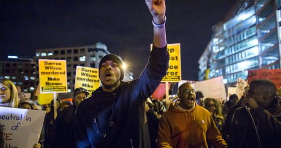 """Prezydent USA Barack Obama skrytykował demonstrantów, którzy uczestniczyli w zamieszkach w mieście Ferguson. """"Do tych którzy myślą, że to co się wydarzyło w Ferguson usprawiedliwia przemoc - nie popieram takiej postawy. Sprzeciwiam się niszczeniu własnych wspólnot"""" – powiedział. Podkreślił, że nie można protestować podpalając jednocześnie domy i samochody."""