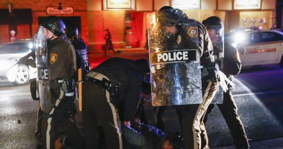 Ponad 40 osób aresztowała amerykańska policja drugiej nocy zamieszek w mieście Ferguson w stanie Missouri. Wybuchają one po decyzji przysięgłych o niepostawieniu w stan oskarżenia policjanta, który w sierpniu zastrzelił czarnego nastolatka.