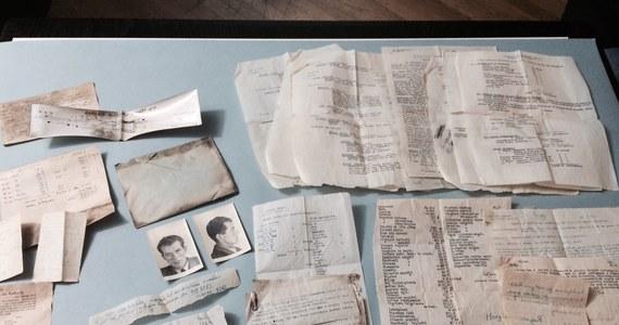 """Część archiwum legendarnego Batalionu """"Parasol"""" trafiła dziś do Muzeum Powstania Warszawskiego. Wykazy kryptonimów, materiały wywiadowcze, rysopisy funkcjonariuszy Gestapo czy meldunki przeleżały 70 lat pod podłogą mieszkania na stołecznej Ochocie. Właściciele lokalu odkryli je przypadkiem."""