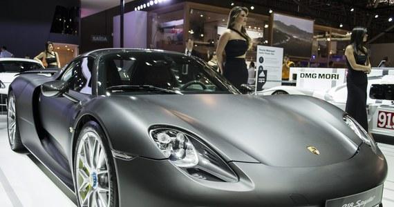 Daj w zastaw luksusowy samochód - natychmiast dostaniesz pożyczkę na świąteczne szaleństwa! Nakłaniani są do tego szwajcarscy bankierzy i maklerzy giełdowi, którzy dostaną roczne premie dopiero na początku przyszłego roku!