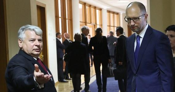 Rada Najwyższa Ukrainy zatwierdziła na stanowisku premiera dotychczasowego szefa rządu, Arsenija Jaceniuka. Jego kandydaturę poparło w głosowaniu 341 parlamentarzystów.