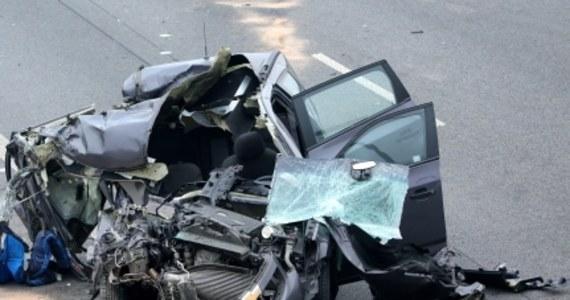 Dwie osoby zginęły w wypadku na autostradzie A2 między Strykowem a Łowiczem. Trasa na tym odcinku w kierunku Warszawy była przez kilka godzin zablokowana. Dopiero ok. 14:30 całkowicie odblokowano drogę.