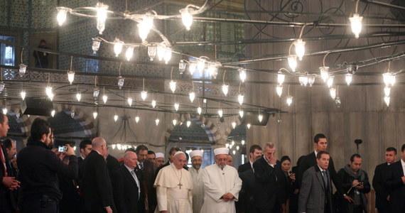 """Papież Franciszek, który w drugim dniu swej wizyty w Turcji przybył w sobotę rano do Stambułu, odwiedził Błękitny Meczet i muzeum Hagia Sofia. Chwilę skupienia papieża w meczecie rzecznik Watykanu nazwał """"adoracją w milczeniu""""."""