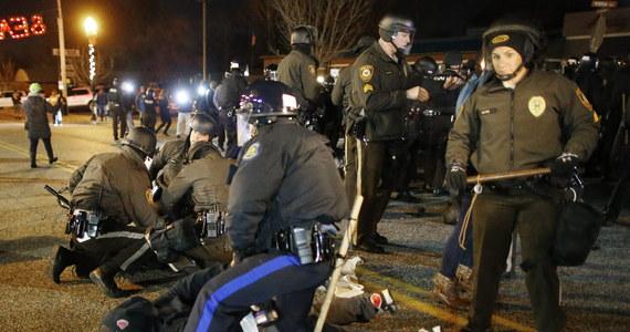 Afroamerykanie domagają się ponownego rozpoznania sprawy dotyczącej zastrzelenia w sierpniu w Ferguson czarnoskórego 18-latka. W minionym tygodniu ława przysięgłych uznała, że nie ma podstaw do postawienia białego policjanta w stan oskarżenia.