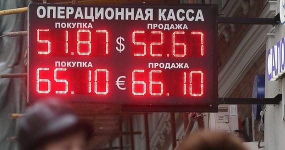 Podczas poniedziałkowej sesji na giełdzie w Moskwie za dolara płacono już 52,70 rubla, tj. o 2,30 RUB więcej niż na piątkowym zamknięciu. Za euro dawano nawet 65,60 rubli, czyli o 2,70 RUB więcej niż w piątek na koniec dnia.