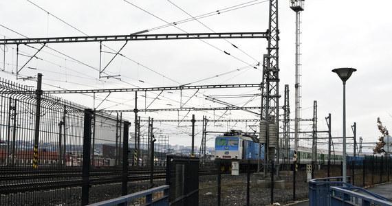 Z powodu marznącego deszczu większość linii kolejowych w Republice Czeskiej, w tym połączenia z Polską, zostały czasowo zamknięte. Ruch będzie bardzo poważnie ograniczony również w środę.