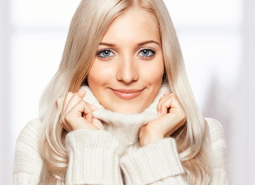 Jak ubrać się do pracy, żeby wyglądać elegancko i nie marznąć? Z tym pytaniem na pewno zmaga się wiele kobiet. Kaja Śródka zaprezentowała kilka stylizacji dla pań na zimowe dyżury w biurze.