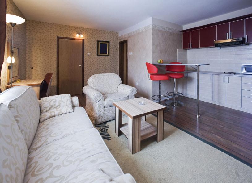 Sofa i pufa, które jednocześnie są skrzyniami? Stoliki, które można złożyć jeden w drugi? Marta Semczyszyn, ekspertka od urządzania mieszkań, zaprezentowała gadżety, które mogą być przydatne w małym wnętrzu.