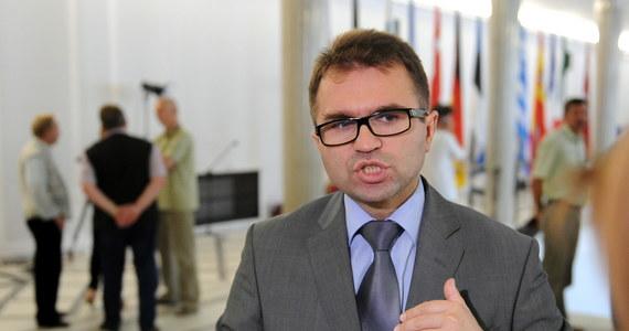 """Zbigniew Girzyński odchodzi z partii. """"W związku z zastrzeżeniami, jakie mogą się pojawić co do moich wyjazdów służbowych pragnę poinformować, że w dniu dzisiejszym złożyłem rezygnację z członkostwa w Klubie Parlamentarnym i partii Prawo i Sprawiedliwość"""" - napisał na Facebooku."""