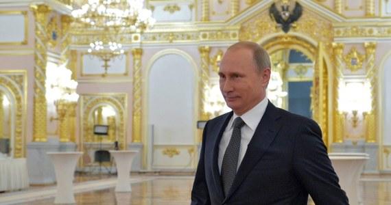 Wowan z Kremla - tak nazywają Władimira Putina i kpią z niego w internecie. Postanowiłem potraktować rosyjskiego prezydenta z przymrużeniem oka, bo nawet walutowi spekulanci nie wystraszyli się gróźb dyktatora. Rubel nadal leci na pysk, mimo że poza Bankiem Centralnym w walkę z deprecjacją rubla włącza się Nikołaj Patruszew, były szef Federalnej Służby Bezpieczeństwa, a obecnie sekretarz Rady Bezpieczeństwa. Mimo mobilizacji czekistów rubel nadal szuka dna.