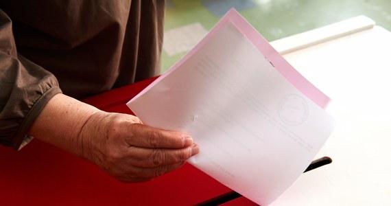 """Liczenie głosów trzeba nagrywać, a karty powinny mieć nową rubrykę – takie są propozycje ekspertów, którzy postulują poprawienie systemu wyborczego. Sugestie zmian zebrała piątkowa """"Rzeczpospolita""""."""