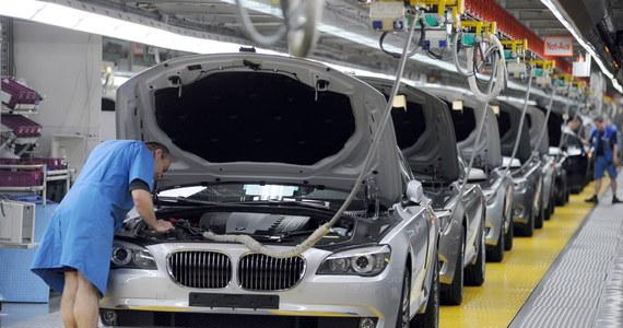 """""""Większość działających nad Wisłą fabryk – np. producentów aut i części samochodowych, sprzętu AGD i RTV, chemii gospodarczej – plasuje się w swych koncernach w ścisłej czołówce pod względem jakości i wydajności. W rankingu zarobków polscy pracownicy są za to przeważnie na szarym końcu"""" – pisze w piątkowym wydaniu """"Dziennik Polski"""". """"Mamy do czynienia z dyskryminacją' – uważa Stanisław Chmielewski, szef """"Solidarności"""" w krakowskim oddziale Electricite de France Polska (EdF). Przyznaje, że nadwiślańscy pracownicy EdF rozważają pozwanie """"centrali""""."""