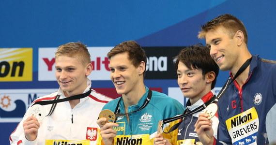 Radosław Kawęcki zdobył srebrny medal w wyścigu na 100 m stylem grzbietowym pływackich mistrzostw świata na krótkim basenie w Dausze. Zwyciężył Australijczyk Mitchell Larkin - przepłynął basen w 49,57 sekundy.